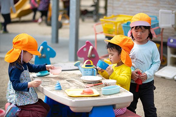 園庭で遊ぶ子どもたちの写真